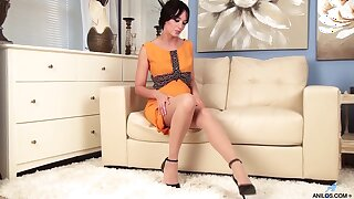 Stripping short haired all alone brunette MILF gonna work more than wet pussy